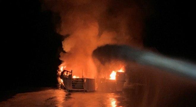 Barco pegou fogo e afundou, matando 34 passageiros a bordo