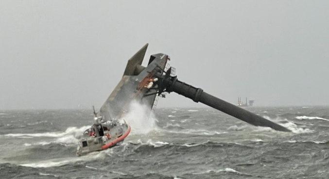 Barco vira na costa da Louisiana e 12 pessoas são procuradas