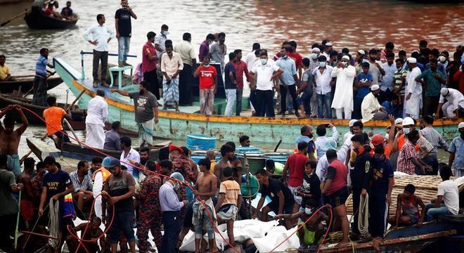 Imagem mostra corpos recuperados após naufrágio do rio Buriganga
