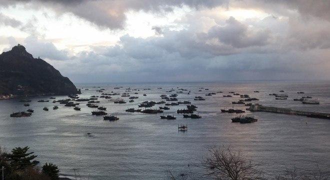 Dezenas de barcos de pesca chineses abrigados no porto sul-coreano de Ulleung