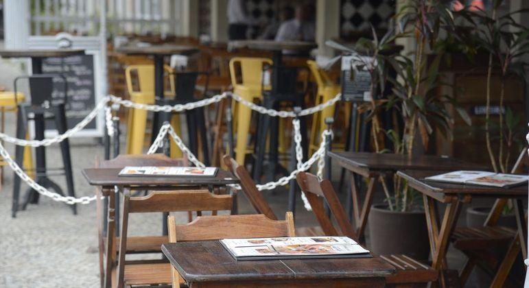 Bares e restaurantes poderão funcionar até as 21h a partir desta terça-feira (13)