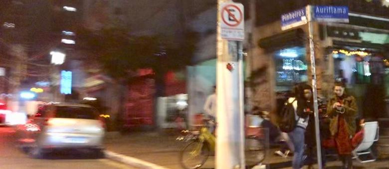 Na rua dos Pinheiros, também na zona oeste, o som alto tira o sono dos moradores