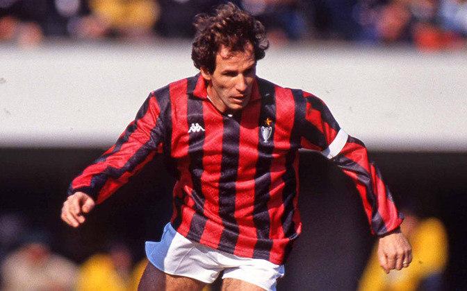 Baresi começou na base do Milan e, aos 17 anos, fez sua estreia no profissional. Isso foi em 1977 e, por 20 anos, foi esta camisa que defendeu, até 1997. Foram 719 jogos e 33 gols marcados.