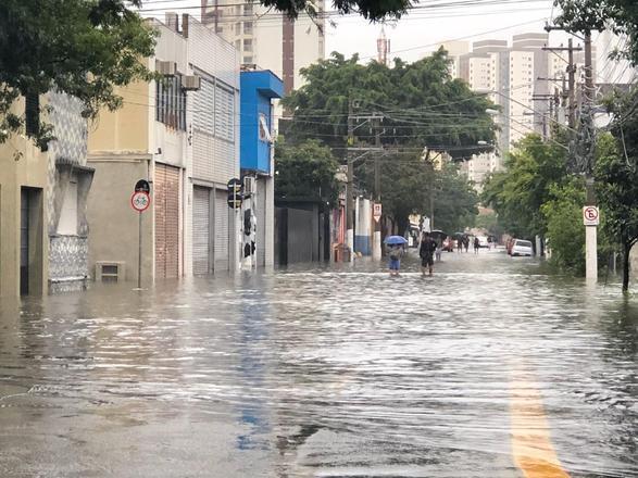 Rua da região da Barra Funda, na zona oeste de São Paulo, totalmente alagadas por causa da chuva que se estende desde a noite deste domingo (9)
