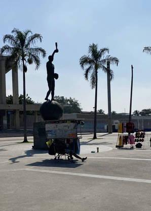 Ambulantes ficam perto da estátua do Bellini