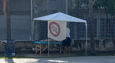 Massagista trabalha ao lado do Maracanã