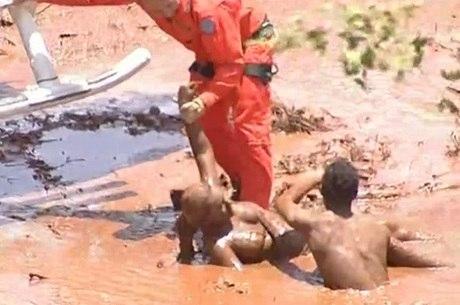 Vítima foi resgatada da lama