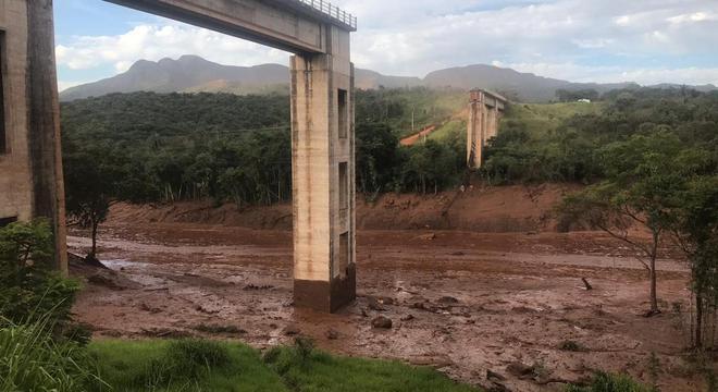 Ponte foi levada por onda de lama