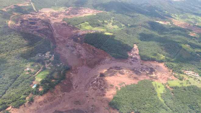 O rompimento de uma barragem na tarde desta sexta-feira (25) em Brumadinho, na região metropolitana de Belo Horizonte, deixou rastros de destruição na região. Cinco aeronaves do Corpo de Bombeiros, do Exército e das Polícias Civil e Militar estão no local para o resgate e atendimento das vítimas
