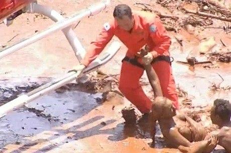 Salvamento em meio à lama impressiona