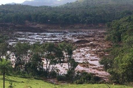 Local onde ficava pousada é tomado por lama