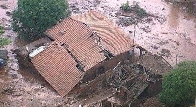 Rompimento da barragem do Fundão, em Minas Gerais, matou 19 pessoas