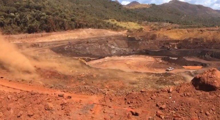Imagens mostram o momento em que há vazamento em barragem de água de Sarzedo