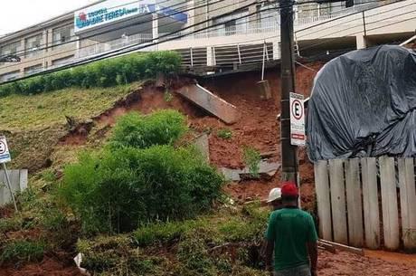 Barranco desaba e interdita avenida