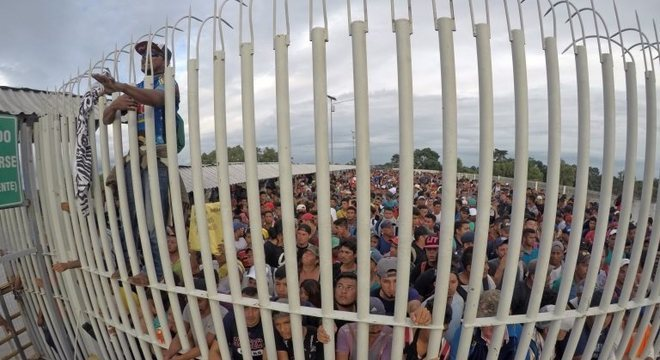 Migrantes gritavam para que lhes deixassem entrar