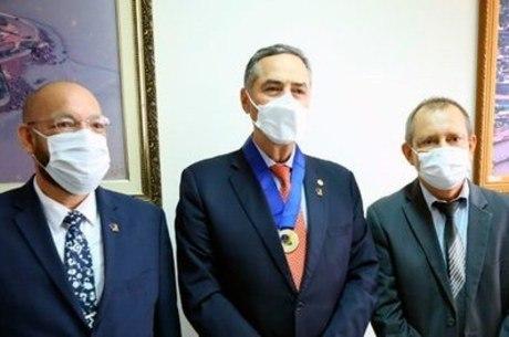 Barroso (ao centro) com a medalha do mérito eleitoral