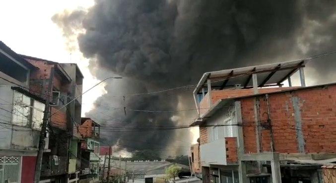 Incêndio começou no fim da manhã desta quinta (26)