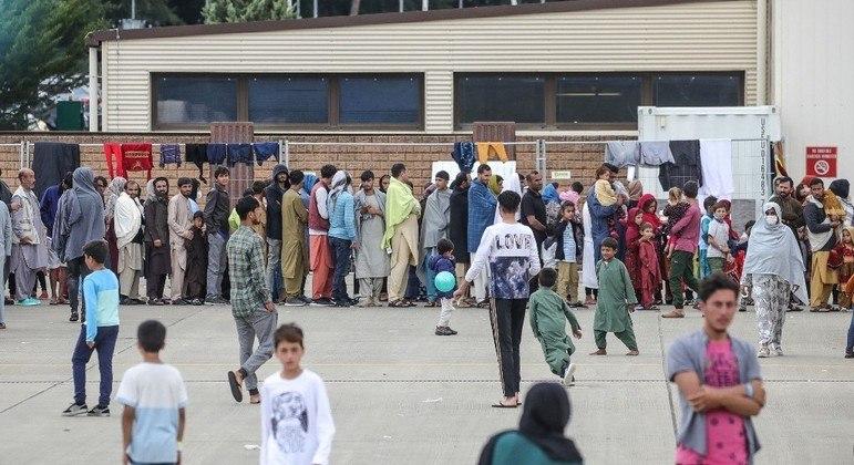 Base militar dos EUA na Alemanha abriga refugiados do Afeganistão