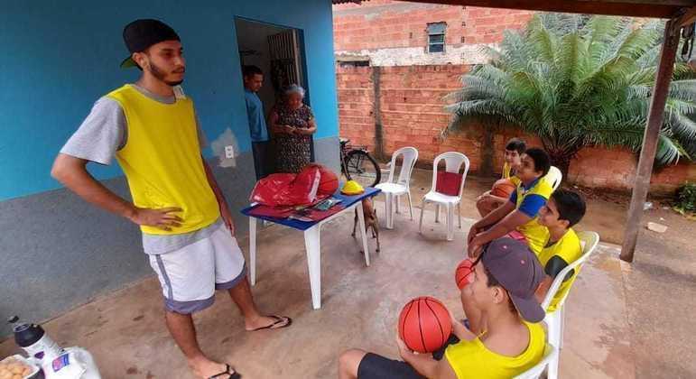 Matheus Gama escolheu ensinar basquete de graça a crianças