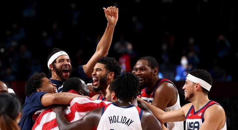 Jogadores dos Estados Unidos comemoram vitória na final do basquete