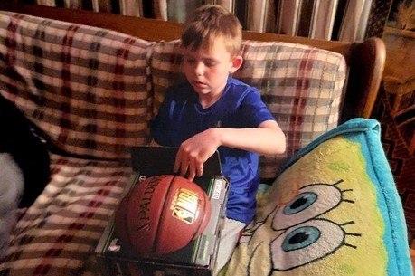 Menino recebeu uma bola nova para poder jogar com seu irmão