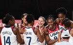 Jogadoras dos Estados Unidos comemoram o ouro no basquete