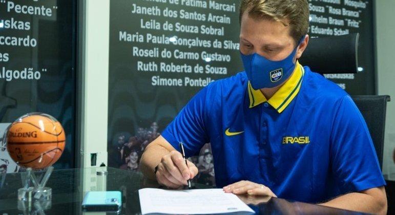 Gustavo De Conti é o novo técnico da seleção brasileira masculina de basquete