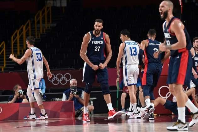 BASQUETE MASCULINO - A França venceu a Itália por 84 a 75 e avançou à semifinal. O próximo adversário será a Eslovênia, que está invicta há 17 jogos com Luka Doncic.