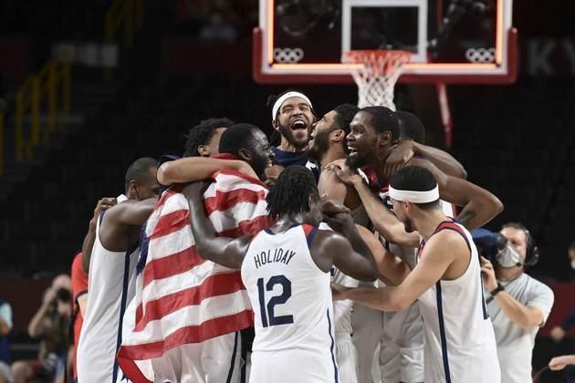 BASQUETE MASCULINO - O Estados Unidos conquistou a quarta medalha de ouro consecutiva no basquete masculino. Os americanos venceram a França por 87 a 82 e se vingaram das derrotas para os franceses na Copa do Mundo de 2019 e na estreia em Tóquio.