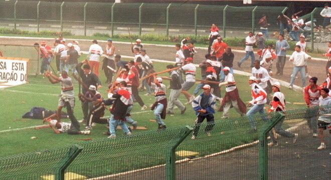 Confronto entre torcedores deixou 102 feridos e causou a morte de um torcedor