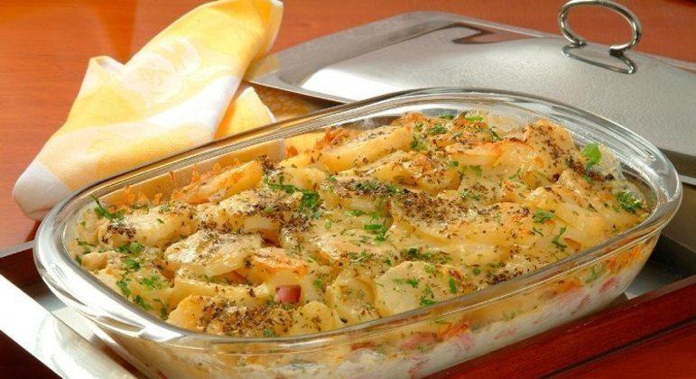 Batata gratinada no forno com presunto e queijo