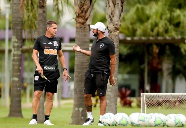 Bate-papo entre os treinadores dos times principal e sub-23 do Corinthians.