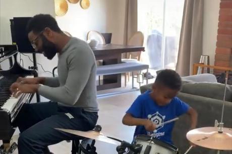 Pai e filho tocam juntos em casa