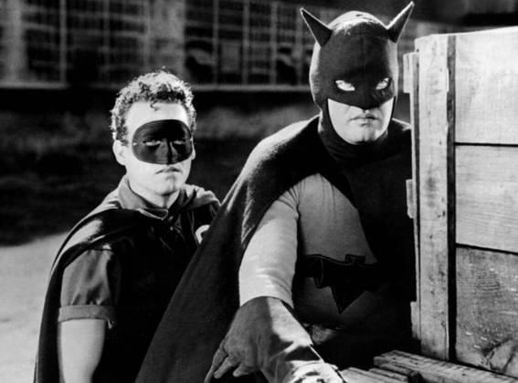Robert Lowery, Batman e Robin (1949): seis anos depois, o Homem-Morcego retornou aos cinemas em uma nova série e com um novo ator. Ao lado de Johnny Duncan, como seu fiel escudeiro, a grande estrela de Hollywood deu vida à Bruce Wayne e Batman no fim dos anos 1940. Ele também foi o primeiro a contracenar com um ator que interpretava o Super-Homem, outro herói dos quadrinhos da DC Comics, em 1956, em um episódio As Aventuras do Super-HomemVeja:Robin, parceiro de Batman, 'sai do armário' após mais de 81 anos!