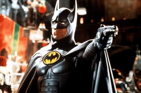 Batman e uma de suas arminhas bacanas