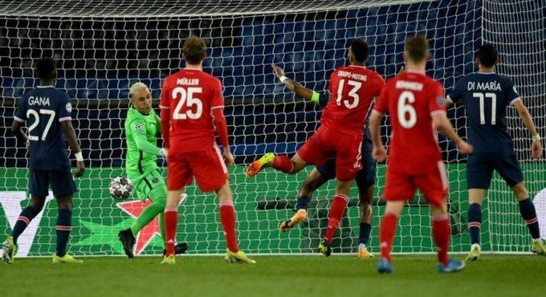 Detalhe do tento de Choupo-Moting, inútil, PSG 0 X 1 Bayern