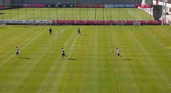 Bayern voltou aos treinos, em plena pandemia, jogadores  distantes