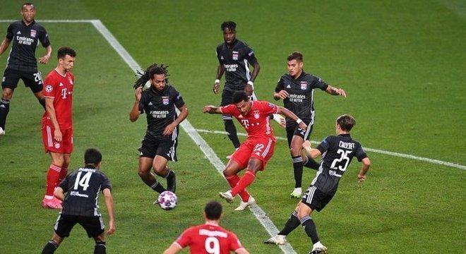 O momento do arremate de Gnabry no 1 X 0 do Bayern