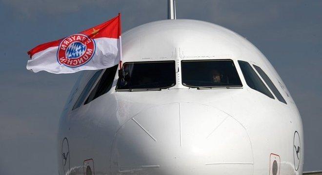 No avião que transporta o Bayern, a bandeira do supercampeão