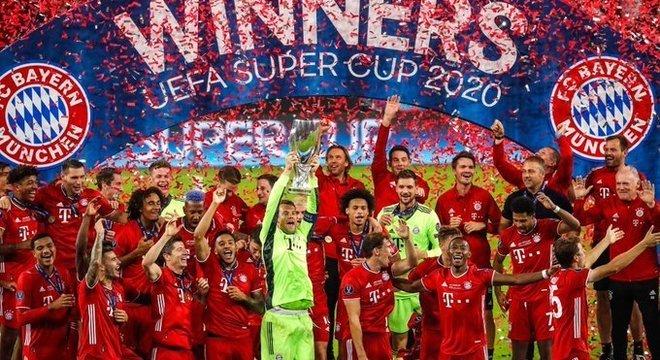 Neuer, a taça, e a festa na capa do Twitter do Bayern