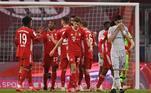 Bayern de MuniqueApesar de ter sido eliminado pelo Paris Saint-Germain na última Champions League, o Bayern de Munique segue muito forte e candidato ao título da competição nesta temporada. Os Bávaros perderam David Alaba e também o técnico Hans-Dieter Flick, mas logo foram ao mercado e contrataram o ótimo Julian Nagelsmann, ex-RB Leipzig. A contratação foi a maior transação da história envolvendo um treinador. O zagueiro Upamecano também chegou do rival local.Lewandowski, Davies e Kimmich seguem em grande fase