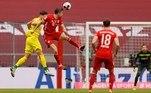 No Campeonato Alemão, o Bayern de Munique venceu por 5 a 1 o Colônia e se distanciou na liderança. A equipe, atual octacampeã alemã, busca seu nono título seguido e, neste momento, além de ter mais pontos que o segundo, o RB Leipzig (que recebe neste sábado o Borussia Monchengladbach) tem maior número de vitórias do que o concorrente. O Bayern venceu com dois gols de Lewandowski e de Gnabry e um tento de Choupo-Moting. Skhiri fez para o Colônia