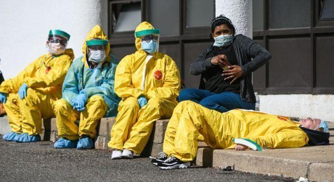Profissionais de saúde estão desproporcionalmente em risco na pandemia de coronavírus
