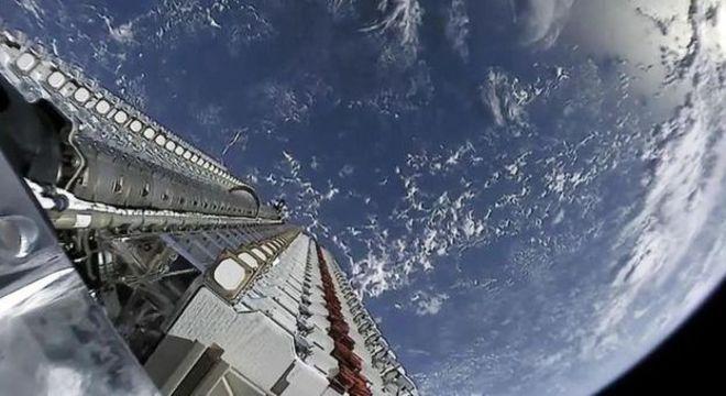 A SpaceX lançou recentemente 60 satélites Starlink em órbita, que formaram uma linha de estrelas artificiais visíveis da Terra