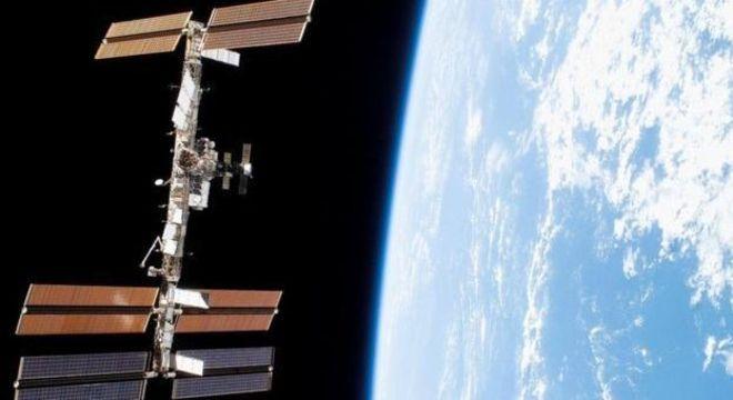 A Estação Espacial Internacional pode ser vista no céu quando seus painéis solares refletem a luz do Sol na direção certa