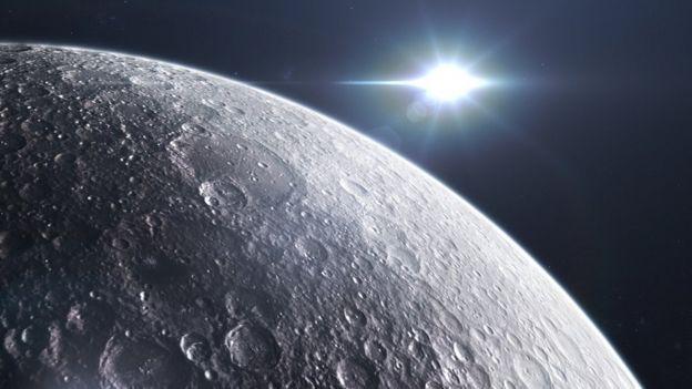 A superfície lunar está constantemente sendo atingida por poeira interplanetária
