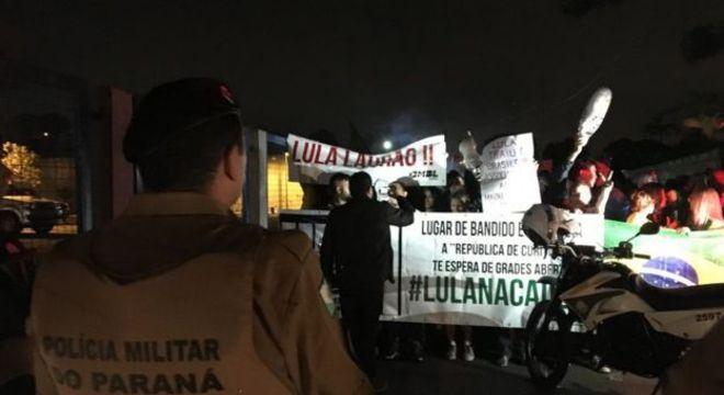 De um lado, manifestantes comemoravam a prisão de Lula...