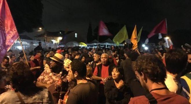 ... de outro, mais manifestantes mostravam seu apoio ao petista