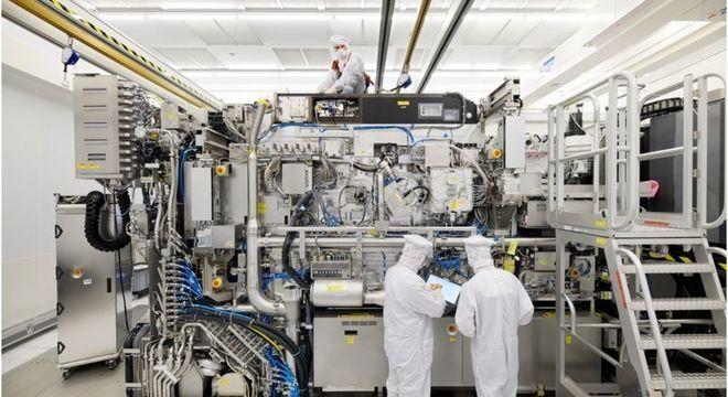A máquina NX3400 da ASML tem seu interior escondido por painéis quando em uso