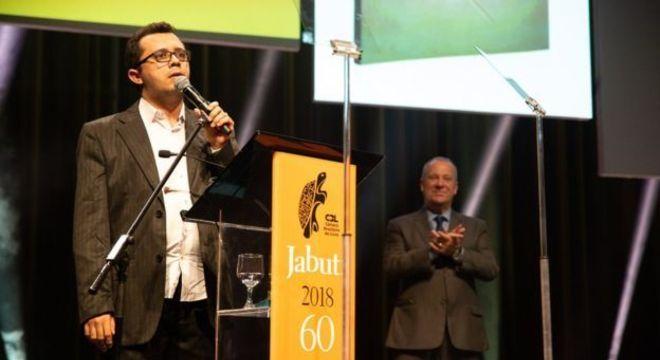 Mailson discursa ao receber o prêmio Jabuti de literatura